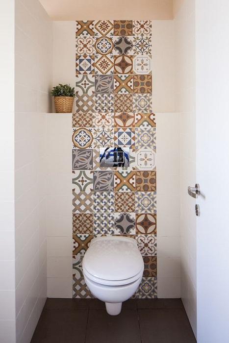 Для оформления яркой задней стены лучше выбирать плитку, оформленную в стиле пэчворк.