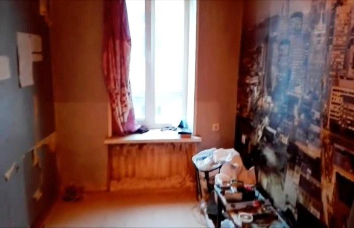 Основная комната в маленькой квартире тоже требовала ремонта. | Фото: cpykami.ru.