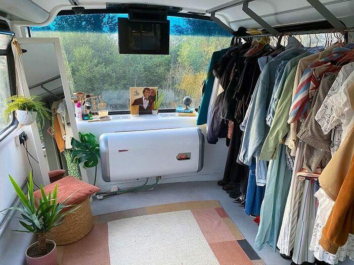 Нашлось место и для вместительной гардеробной. | Фото: boredpanda.com.