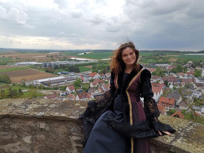 Юле нравится все, что связано со Средневековьем и это отражается в ее стиле одеваться. | Фото: boredpanda.com.