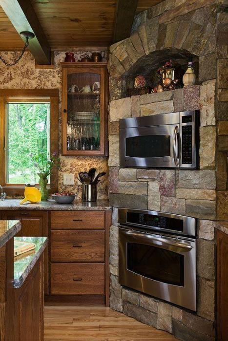 В кухне можно сделать имитацию добротного камина с помощью современной бытовой техники. | Фото: lemurov.net.