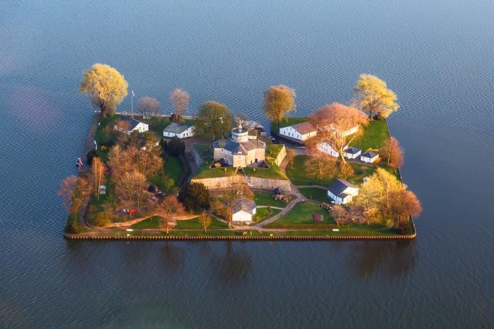 На острове Вильгельмштайн расположены крепость-музей, отель и несколько кафе для туристов. first-view.com.
