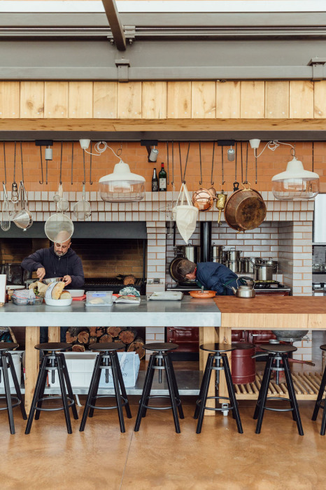 Огромная кухня является рабочим местом владельцев («Longhouse», Daylesford). | Фото: worldarchitecture.org.