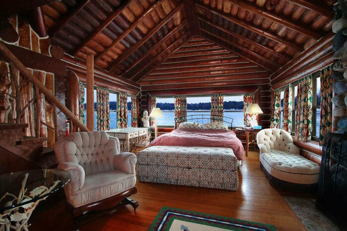 Одна из спальных комнат крупнейшего в мире бревенчатого особняка Granot Loma (Мичиган, США). | Фото: businessinsider.com.