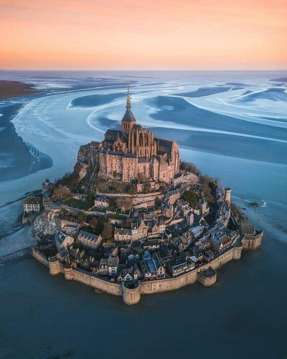 Скалистый остров среди вод Ла-Манша застраивался на протяжении нескольких веков (аббатство Мон-Сен-Мишель, Франция).   Фото: kudapoedy.com.