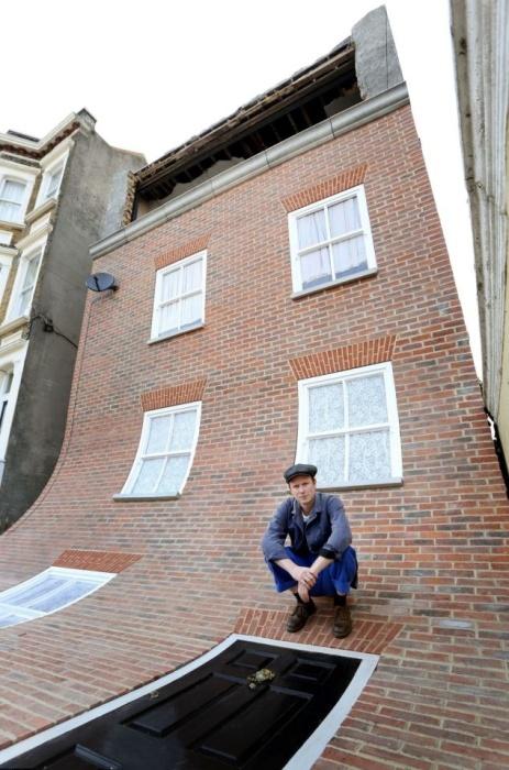 Автор проекта потратил больше года, чтобы сюрреалистичный фасад появился на доме, идущем под снос (Alex Chinneck, Магрит). | Фото: cfileonline.org.