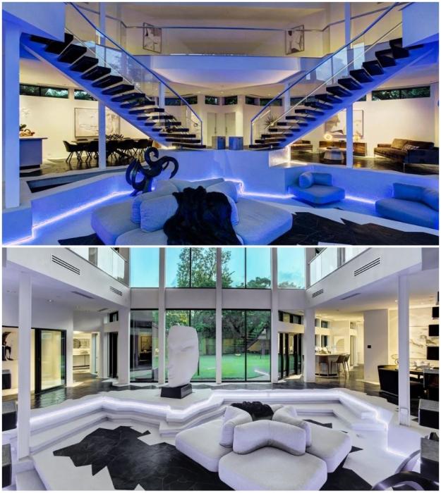 Когда в гостиной включают синюю подсветку, внутреннее пространство становится похожим на интерьер причудливого космического корабля из фантастических фильмов (Darth Vader House, Хьюстон).