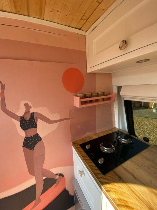 Так выглядит кухонная зона в преображенном автофургоне Mercedes Sprinter. | Фото: divyabhaskar.co.in.