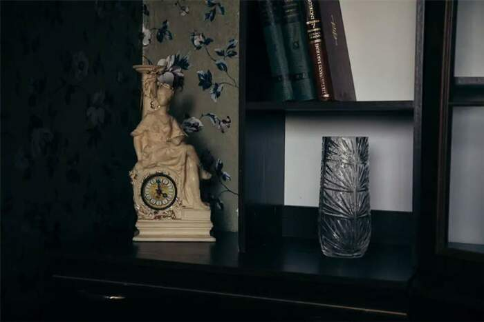 Без хрустальных ваз, помпезных часов и книг не обходилась ни одна квартира. | Фото: kirill-potapov.livejournal.com.