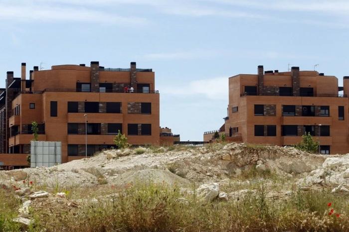 Заселена только небольшая часть города, и людям приходится выживать (Valdeluz, Испания). | Фото: wordpress.com.