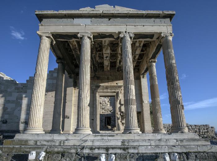 Храм Эрехтейон был построен из мрамора, привезенного с близлежащей горы Пентеликус, который славился чисто белым цветом и мелкими зернами (Афины, Греция). | Фото: dreamstime.com.