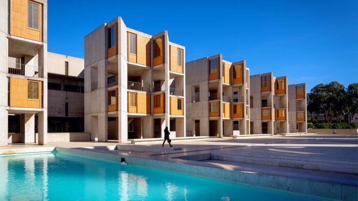 Монолитный бетон органично сочетается с теплым тиковым деревом, которым отделаны фасады комплекса (Salk Institute for Biological Studie, Калифорния). | Фото: carmelist.livejournal.com.