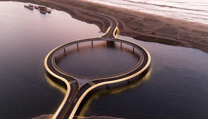 Круговая форма переправы заставляет водителей снижать скорость движения (Laguna Garzon Bridge, Уругвай). | Фото: 88designbox.com.