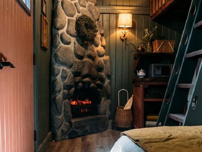 Гостиная в домике Рапунцель. | Фото: lakewinnipesaukee.net.