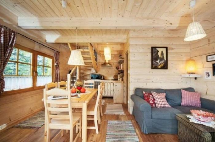 Открытая планировка крошечного коттеджа позволила создать несколько жилых зон («Stunning Gate Lodge»). | Фото: itinyhouses.com.