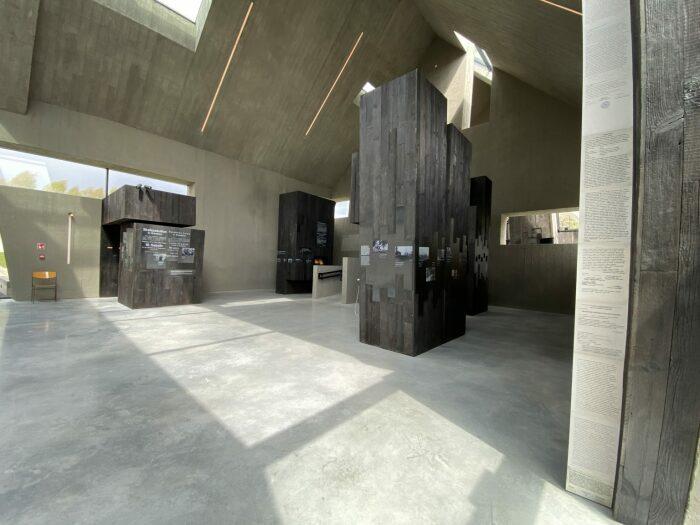 Интересным элементом выставки являются крупноформатные скульптурные объекты неправильной формы.   architektura.muratorplus.pl.