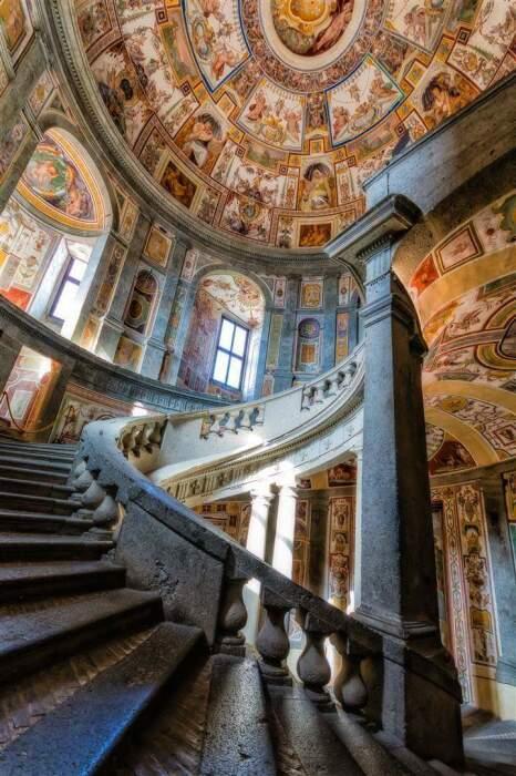 Лестница является особым произведением искусства, хотя роспись стен и купольного потолка захватывает дух не меньше (Palazzo Farnese, Рим). | Фото: unarussainitalia.ru.