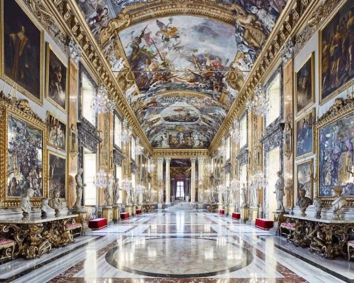 Главный зал украсили работы именитых скульпторов и художников, включая самого Микеланджело (Palazzo Farnese, Рим).