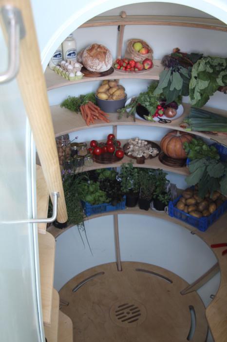 Для небольшой семьи подойдет и подземный холодильник (Groundfridge Weltevree).   Фото: spiritharvestblog.com.