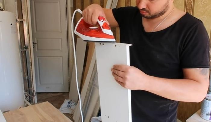 Торцы панели ЛДСП обработать термокромкой с помощью утюга. | Фото: © Гвоздь.