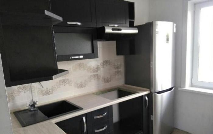 Новый мебельный гарнитур и современная бытовая техника заняли свое место в обновленной кухне.   Фото: lemurov.net.