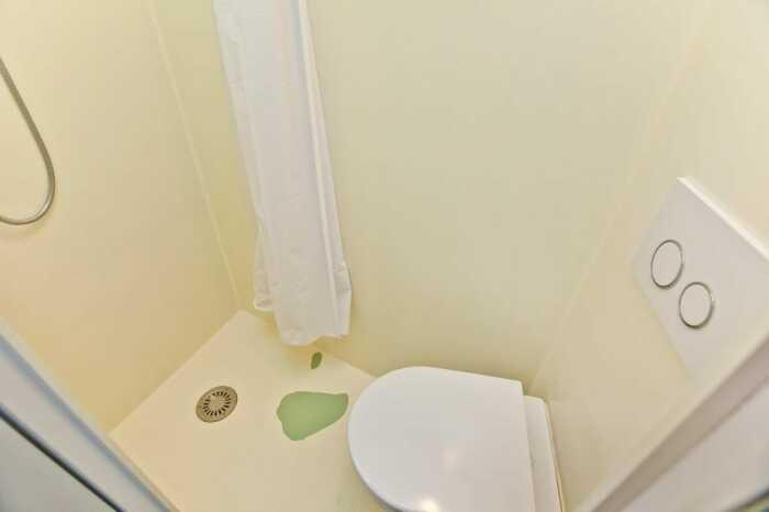 Ванная комната рассчитана на изящного и ловкого владельца (Ричмонд-авеню, Лондон). | Фото: huffingtonpost.ca.