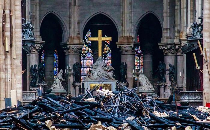 Разруха в главном зале собора, спровоцированная пожаром и водой (Notre-Dame de Paris). | Фото: korrespondent.net.