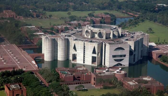 Здание The National Parliament House in Dhaka с высоты полета дрона выглядит еще более фантастическим (Бангладеш). | Фото: facebook.com.