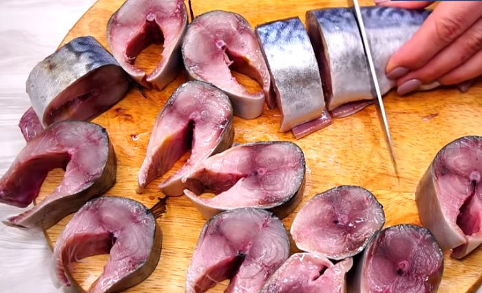 Выпотрошенную, вымытую и просушенную рыбу порезать на порционные кусочки. |Фото: youtube.com.