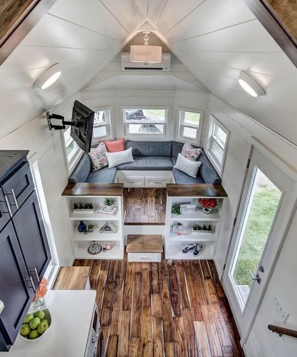 Узкое длинное пространство можно разделить открытыми стеллажами или невысокими шкафами. | Фото: roomble.com