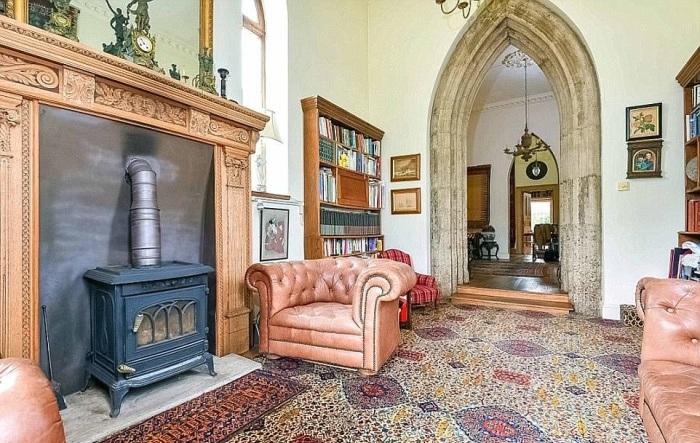 Готические арки и добротная мебель стали украшением гостиной в «Sway Tower» (Великобритания). | Фото: dailymail.co.uk.