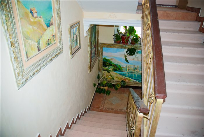 Все лестничные пролеты украшены необыкновенными фресками и комнатными цветами.
