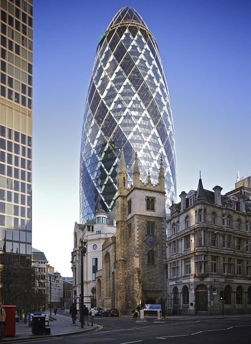 180 метровая конструкция небоскреба The Gherkin имеет вид сетчатой оболочки с центральным опорным основанием (Лондон, Великобритания). | Фото: ru.wikipedia.org.