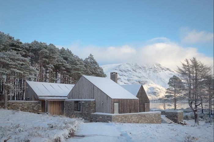 Жилой объект, созданный на берегу великолепного озера органично вписался в ландшафт местности (Lochside House, Великобритания). | Фото: architectsjournal.co.uk.