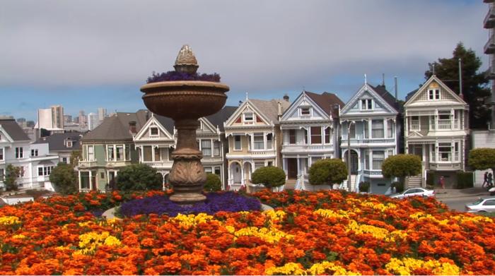 Напротив домов «Painted Ladies» расположен небольшой сквер, где всегда много цветов и зелени (Сан-Франциско). | Фото: youtube.com/ Subscribe Travel & Discover.