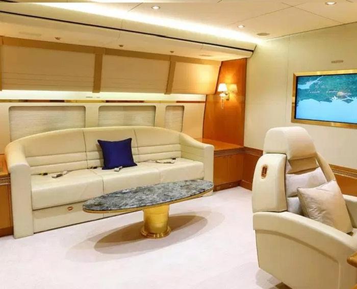 Вся мебель, некоторые панели и предметы интерьера инкрустированы золотом.