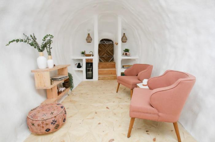 Уютная гостиная встречает посетителей («Big Idaho Potato Hotel», Айдахо). | Фото: ru.airbnb.com.