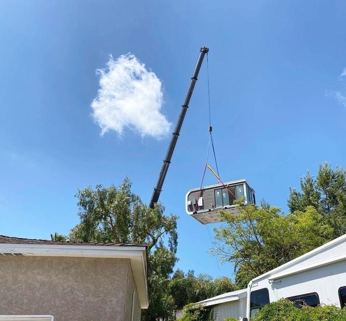 Крану остается лишь установить на нужное место модуль или несколько, все зависит от заказа клиента (San Ramon, Калифорния). | Фото: dailymail.co.uk/ © Mighty Building.