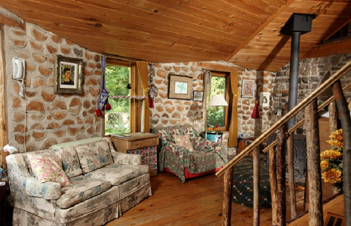 Колоритный интерьер эко-дома из поленьев.