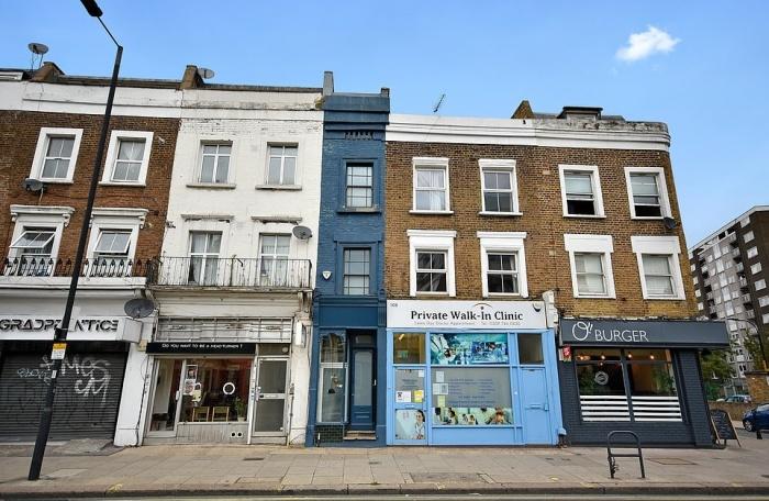 Только синий цвет фасада помогает понять, что это разные здания («The thinnest house», Лондон).   Фото: dailymail.co.uk/ © Winkworth.