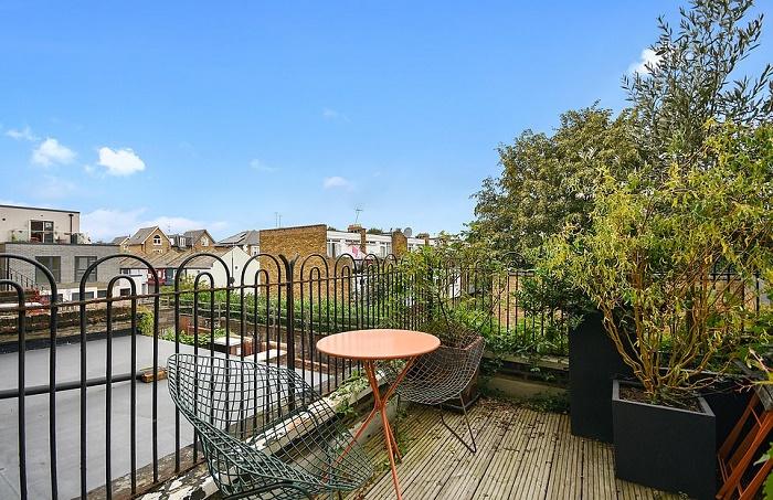 Открытая терраса на третьем этаже станет прекрасным местом отдыха на свежем воздухе («The thinnest house», Лондон).   Фото: dailymail.co.uk/ © Winkworth.