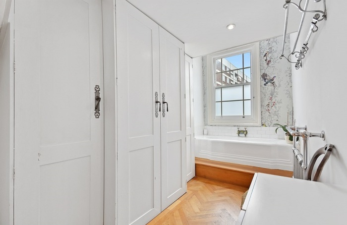Возле ванной комнаты, имеющей открытую планировку, устроили гардеробную и кладовую («The thinnest house», Лондон).   Фото: dailymail.co.uk/ © Winkworth.