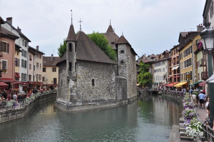 Главная достопримечательность Анси – башня посреди реки (Франция).