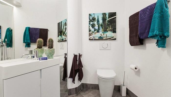 Яркие аксессуары оживили интерьер ванной комнаты.