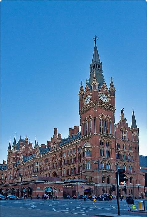 Монументальное викторианское здание вокзала Saint Pancras (Англия).