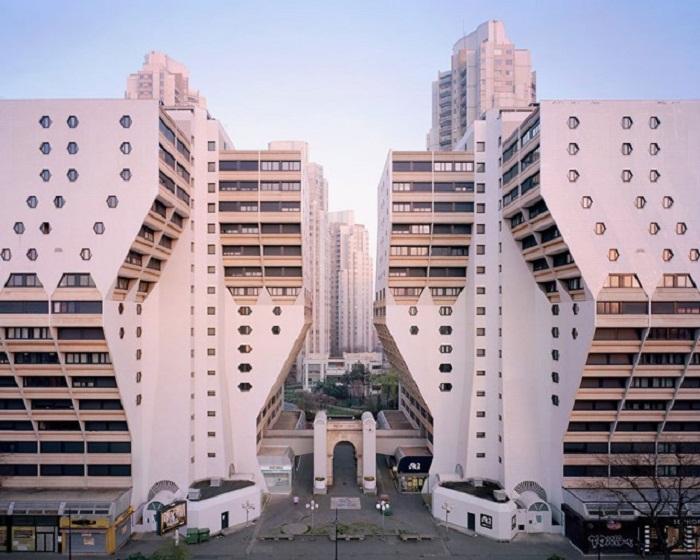 Грандиозные монументальные здания, созданные в 1950-1980 гг. в пригороде Парижа. | Фото: Laurent Kronental/ cameralabs.org.