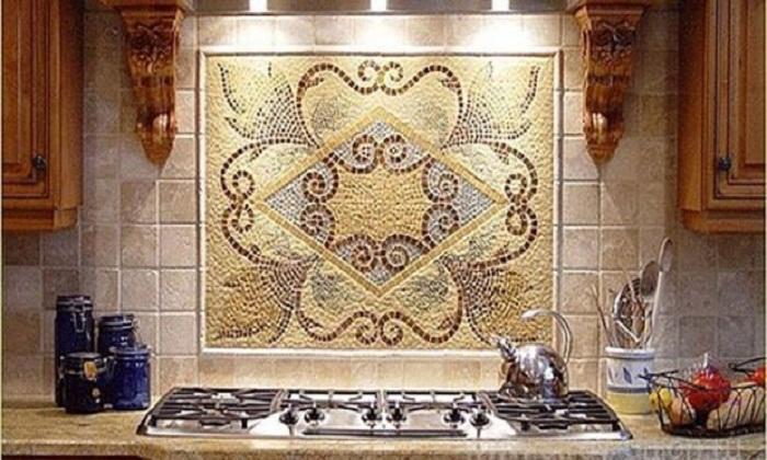 Панно из винных пробок стало главным украшением кухни.