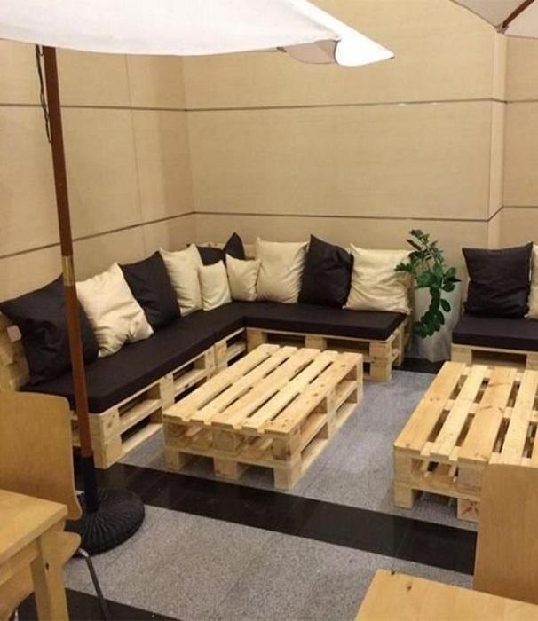 Ошкуренная мебель из строительных паллетов прекрасно подходит для интерьеров в деревенском стиле и стиле лофт. | Фото: pinterest.com.