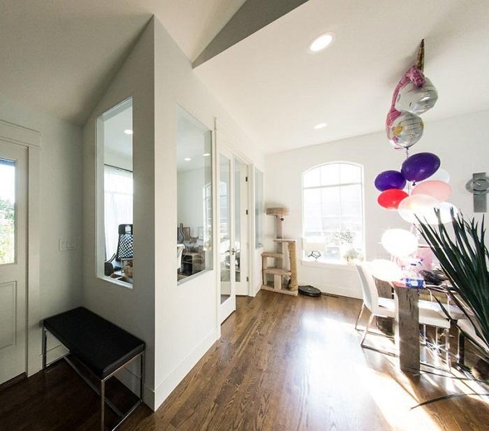 Большие окна делают комнаты светлыми и уютными.
