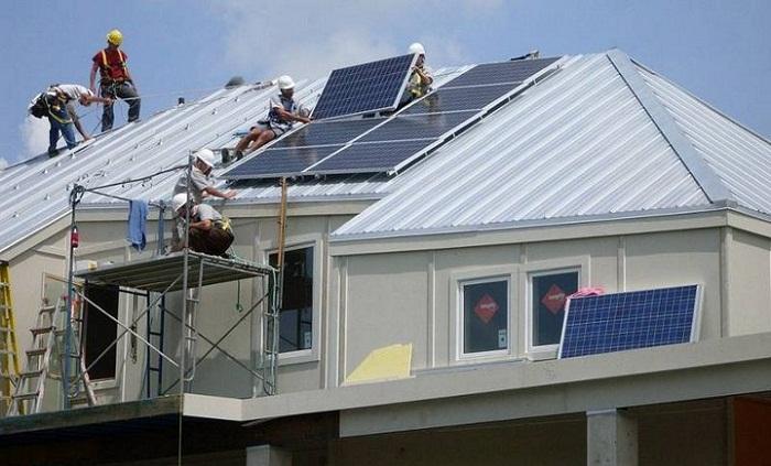 Каждый дом был оснащен солнечными батареями.